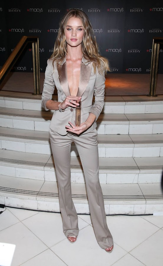 6 Rosie Huntington Whiteley Looks Hot in Beautiful Dress