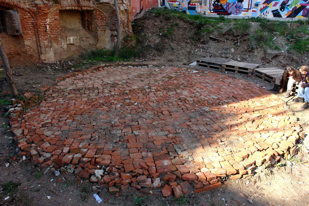 Esta es una plaza el teatro en construcci n for Materiales para suelos