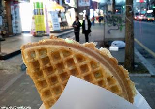 Comiendo un waffle en Sinchon, Seúl