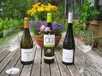 Wein-Deko, Internationaler Weinhandel, drei Weißweine aus Portugal