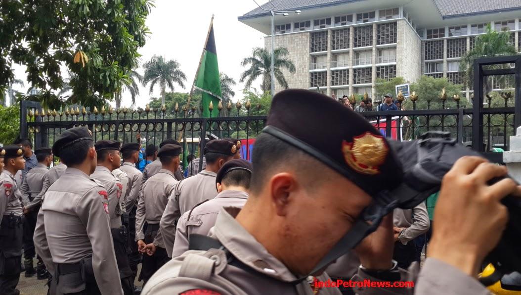 orasinya di depan kantor Kementerian ESDM
