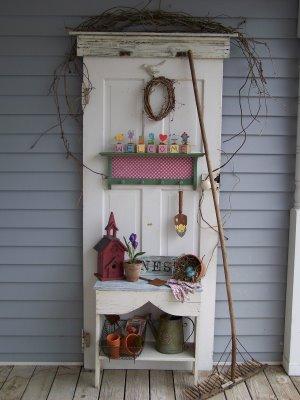 Домик из старых дверей своими руками