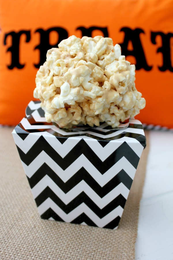 Need an easy, last minute Halloween treat for classrooms or parties? Well, I have just the treat for you: White Chocolate Caramel and Marshmallow Popcorn Balls! #SweetenTheSeason #ad