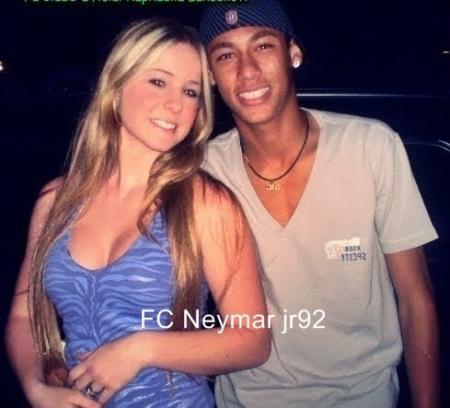 Primeira namorada de Neymar parece a Barbie humana