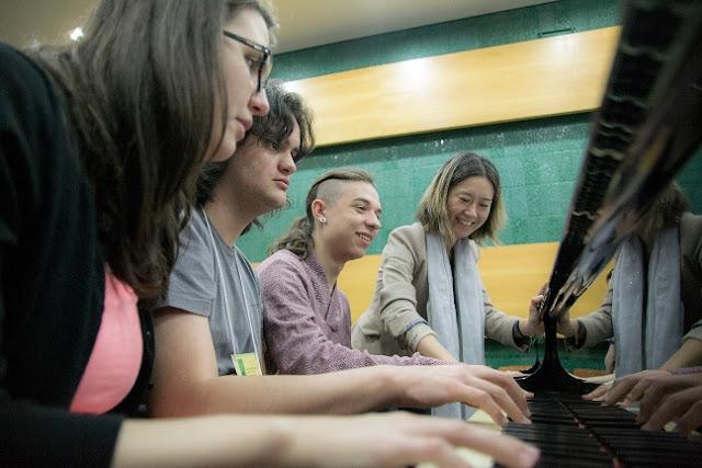 A maestrina Janice Arakawa ministra aulas de piano para jovens instrumentistas (Rodrigo Alves / Divulgação)