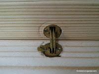 Asegurar bisagras de embutir con tornillos. www.enredandonogaraxe.com