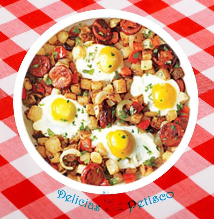 Batata pimenta e Chouriço mistura com ovos fritos.