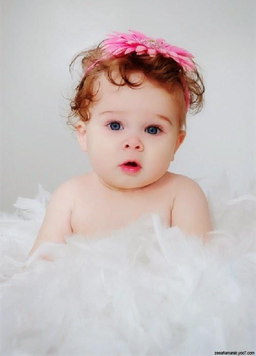 Petit bébé mignon fille avec yeux bleus