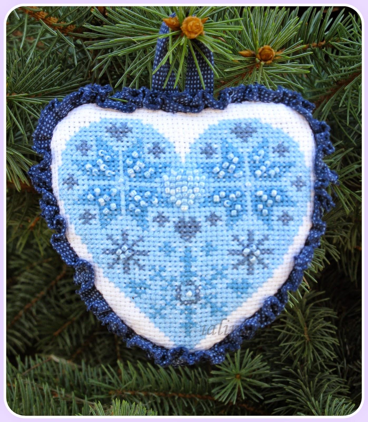 елочка, украшенная  игрушками сердечко   hand  made вышивка новый год