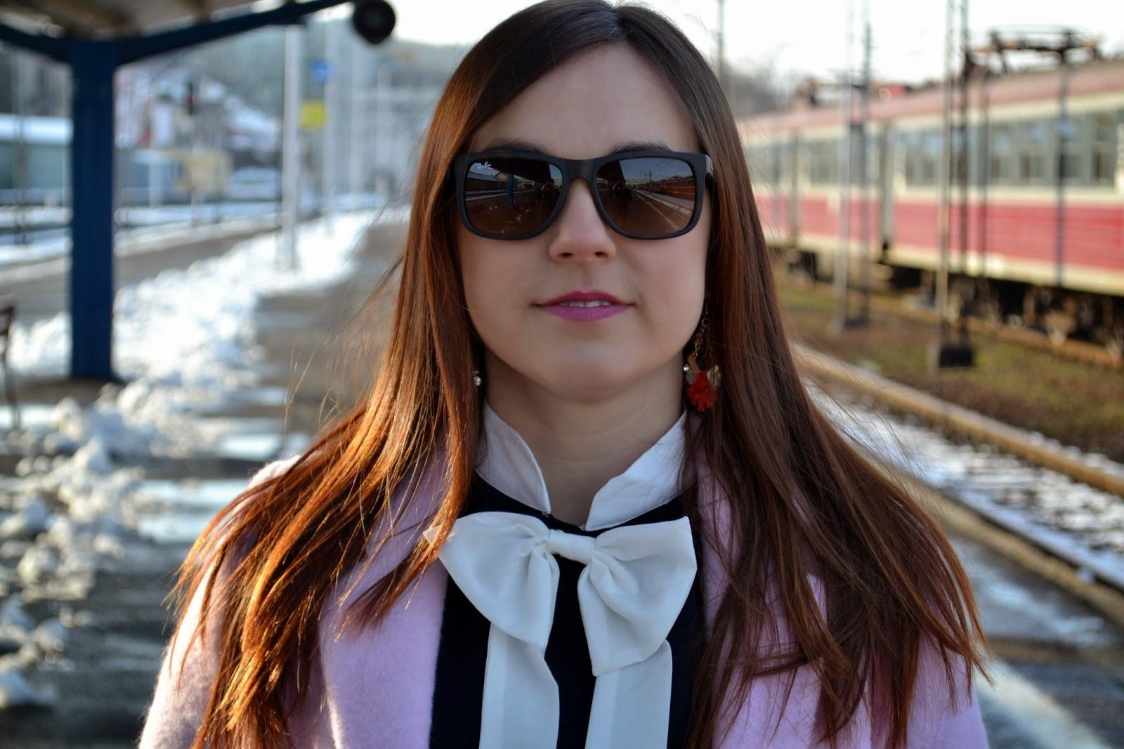 Okulary Ray-Ban, Michael Kors, sukienka z kokardą, dziewczęca sukienka, sukienka do pracy, pastelowy płaszcz