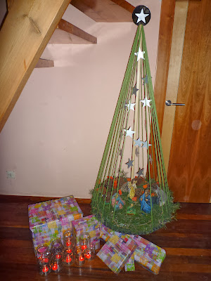 Árbol de Navidad y portal de Belén reciclado.