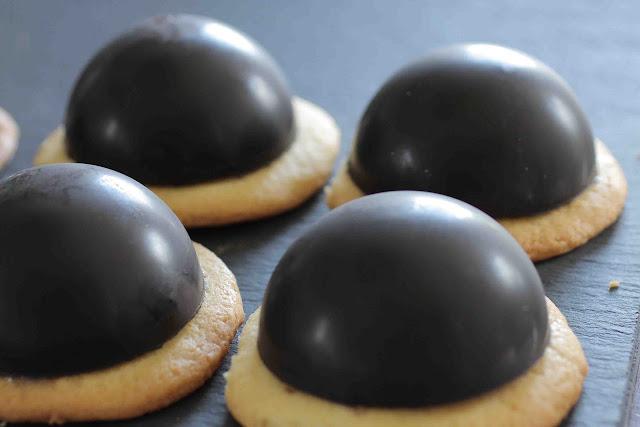 Dômes de chocolat à la mousse chocolat blanc et framboises