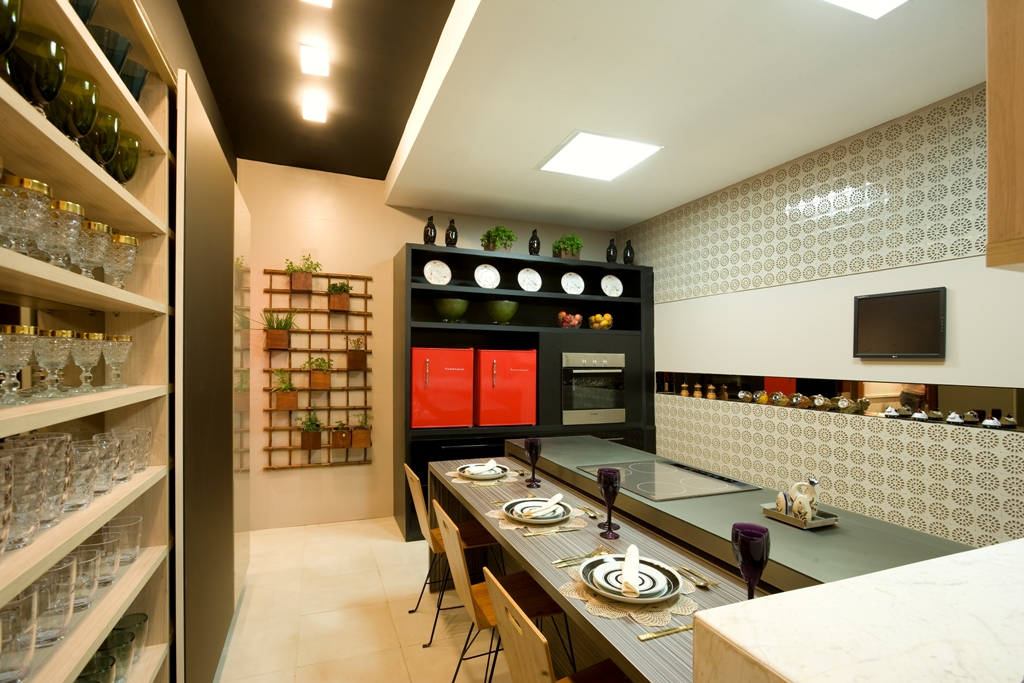 jogos de decoracao de interiores de casas: um toque de ousadia ao ser revestida por ralinhos de plástico brancos