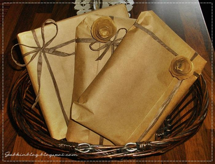 Priamo z papiera, v ktorom sú darčeky zabalené, kombinované s