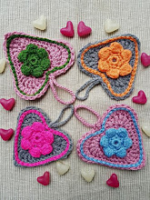 Corazones con flores puff a crochet