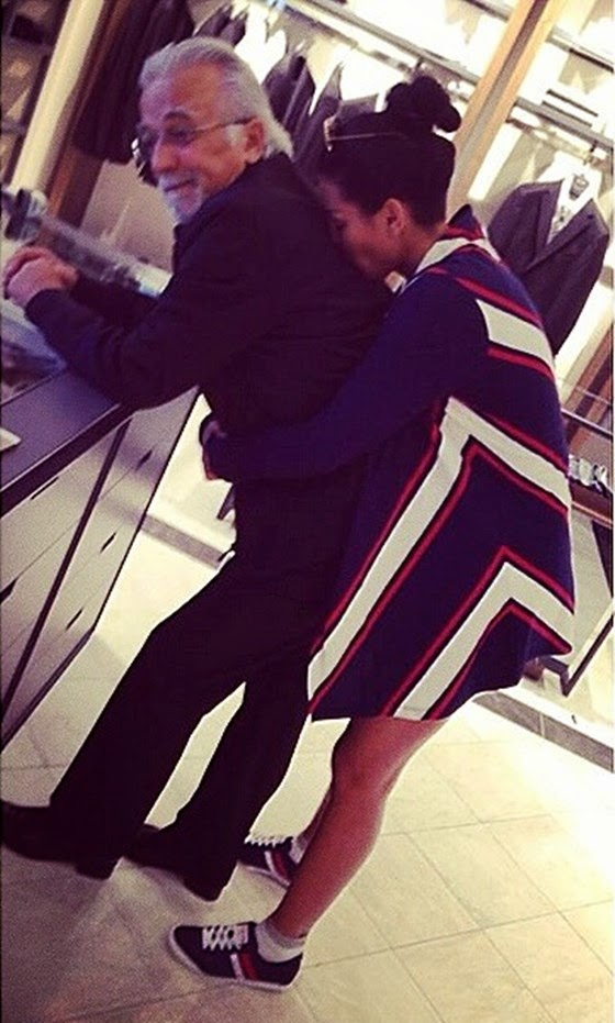 Morena, perqafon forte babain e saj