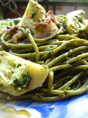 Linguines aux épinards avec pesto de basilic-coriandre et artichauts