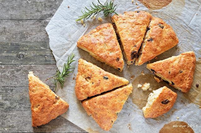 Scones-al-parmigiano-olive-e-rosmarino