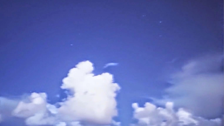 Flotte des ovnis dans le ciel, Plage Hawaï, l'août 2014