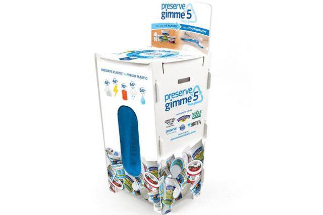 Escovas de dentes feitas de plástico 100% reciclável