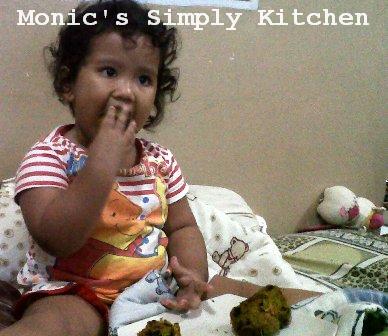 Sophie memakan cake labu kuning