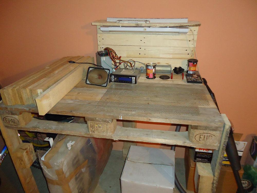 Hacer una mesa de trabajo para tu for Trabajos con palets paso a paso