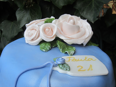 Tarta cubierta de fondant con bouquet de rosas de pasta de goma
