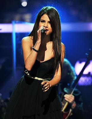 disney_star_selena_gomez_singing_FilmyFun.blogspot.com