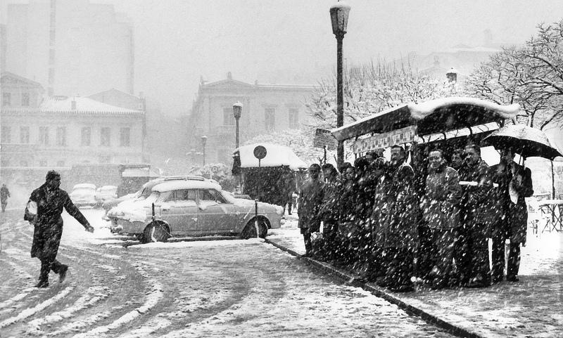 http://1.bp.blogspot.com/-ZH6MAzWIrPc/UeU9I6XJhuI/AAAAAAAAJwU/8wz305k618I/s1600/Athens+Snow+60s+(Tsagkris).jpg