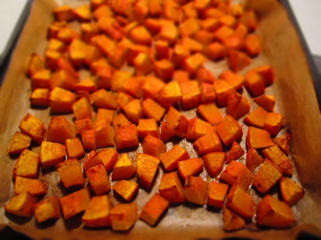 Kürbiswürfel auf dem Blech im Ofen gebacken