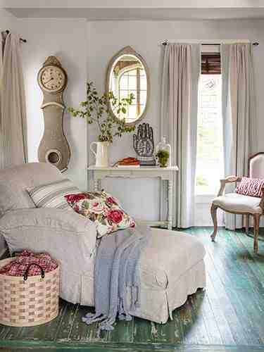 Salon w stylu cottage, salon shabby chic, biały salon, białe meble, poduszka w kwiaty, biała konsola