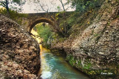Πέτρινο τοξοτό γεφύρι στην Αχλαδινή