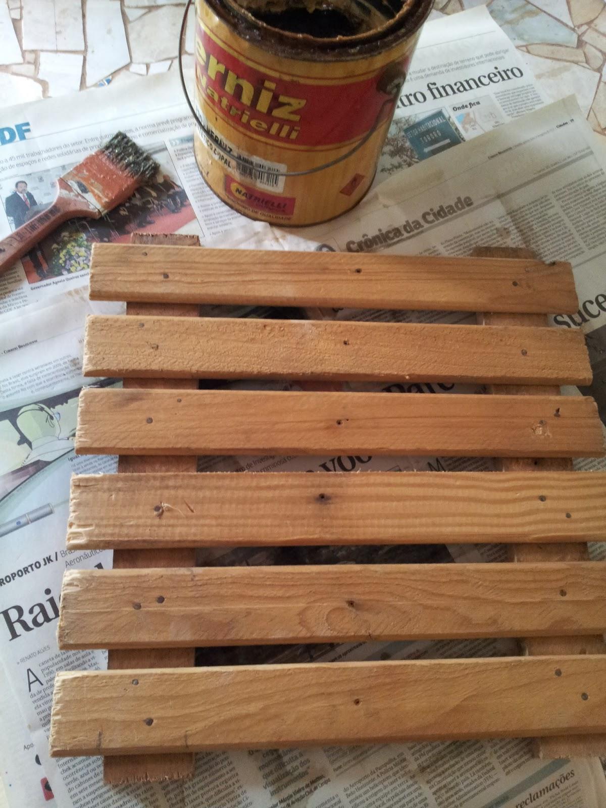 deck na parede do jardim:decks de 30cm por 30cm, passei duas demãos de verniz, (passei na