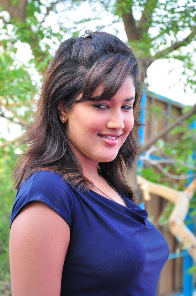 http://1.bp.blogspot.com/-ZKUvhrTEsMc/TgxEeu62keI/AAAAAAAAba4/rx7Ag451bG8/s1600/actress+soumya+stills+3.jpg