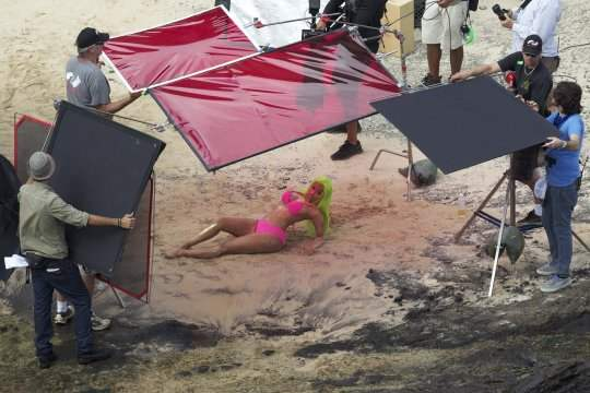 Nicki Minaj gravando Starships no Havaí