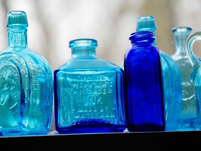 Tinta azul e garrafas Wheaton Bitter