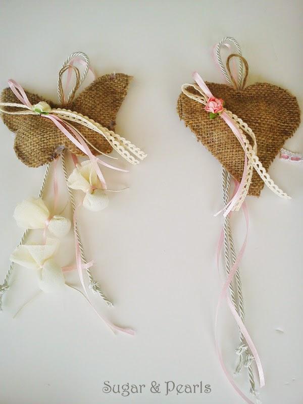 Κρεμαστή μπομπονιέρα πεταλούδα και καρδιά με λινάτσα
