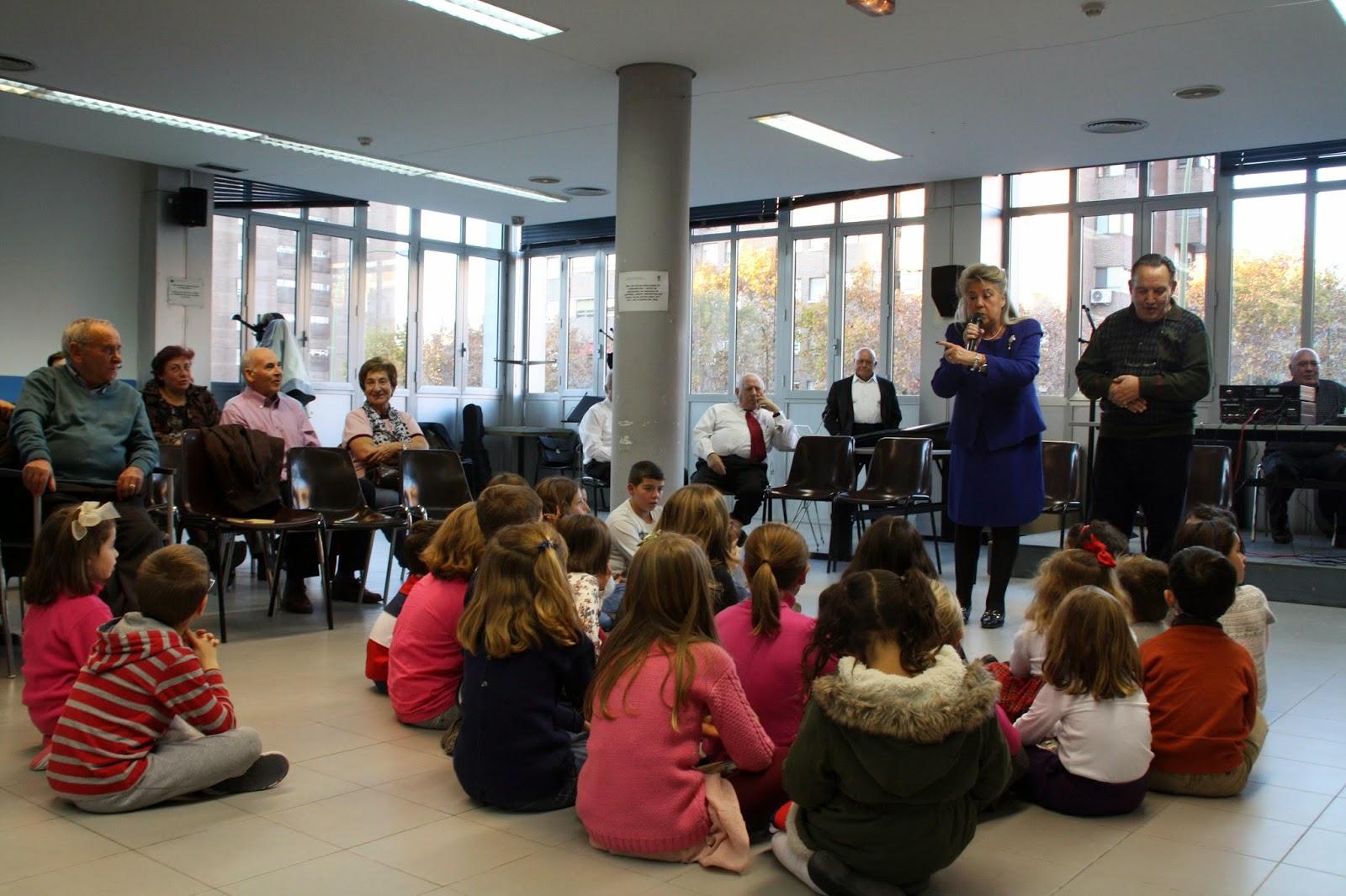 La Concejala de Moratalaz, Begoña Larrainzar, participa en las actividades junto a niños.