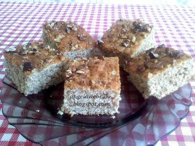 Kevert almás sütemény, almás fahéjas kevert tésztával, csokoládémázzal vagy darabolt dióval a tetején.