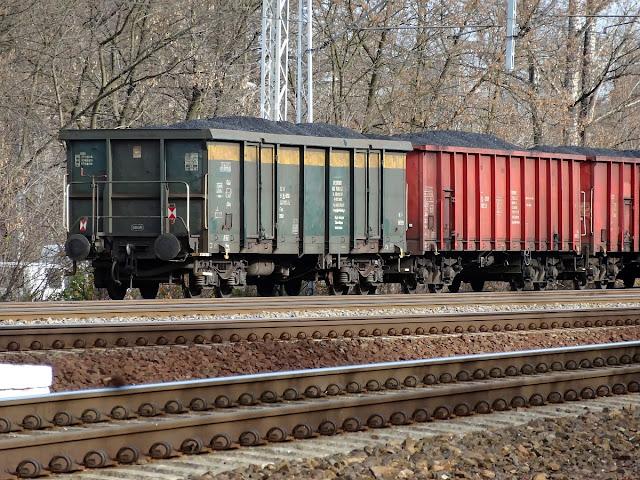 Węglarki z miałem węglowym na linii kolejowej nr 2