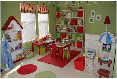 esta foto nos muestra una habitacin para juegos de nias en un tono muy bonito con decoracin de paredes con flores y aves dos sillones pequeos y mucho