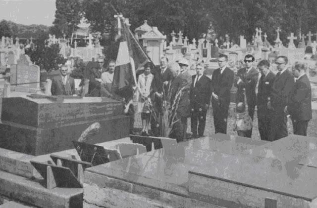 Accompagnés des membres de 1a famille, les personnalités sont allées s'incliner sur la tombe du Docteur E. SCHAFFNER.