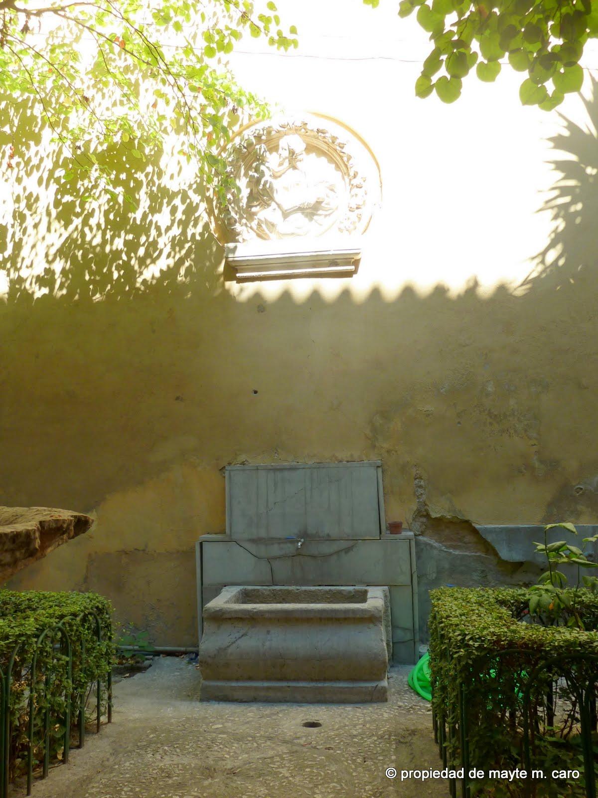Pilones y aljibes de granada en un jardin romantico de la for Jardin romantico