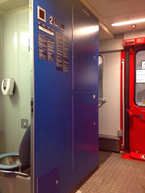 Kamar mandi di dalem kereta City Night Line-2