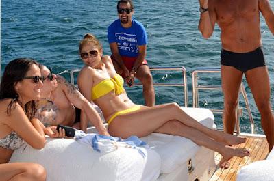 Дженифър Лопес на яхта с младия си любовник