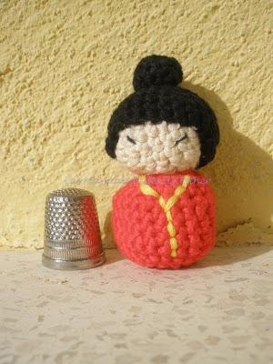 Amigurumi kokeshi en rojo