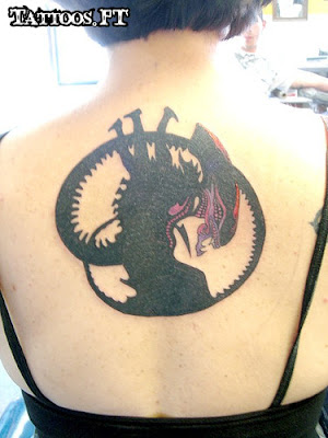 Tattoos alien meio das costas