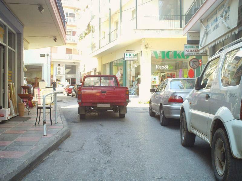 Παρκάρουν στη μέση του δρόμου και φεύγουν