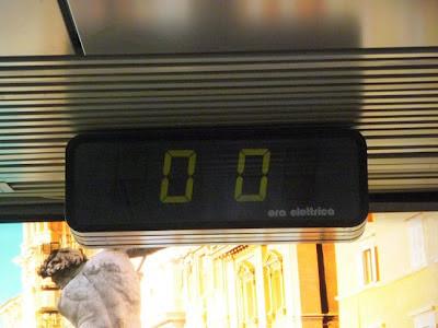 L'orologio (fermo) dell'aeroporto Leonardo da Vinci