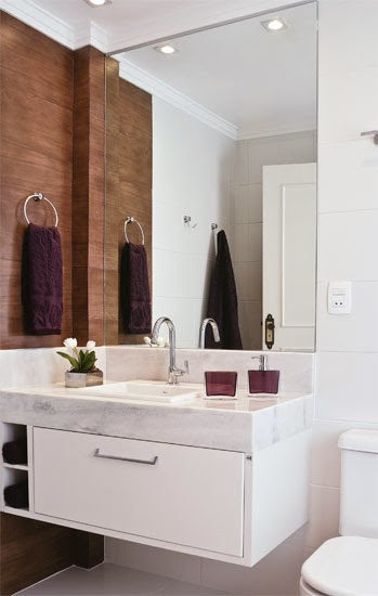 12 Banheiros e lavabos com porcelanato que imita madeira!!  Jeito de Casa   -> Banheiro Pequeno Com Porcelanato Amadeirado